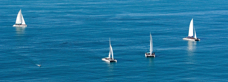 Veleros navegando en el Mar Mediterráneo